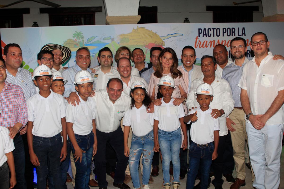 Al final del evento inaugural, en el que estuvieron como invitados especiales varios niños de la ciudad, los gobernadores firmaron un mural que representó el Pacto por la Transparencia. //Foto Óscar Díaz Acosta - El Universal