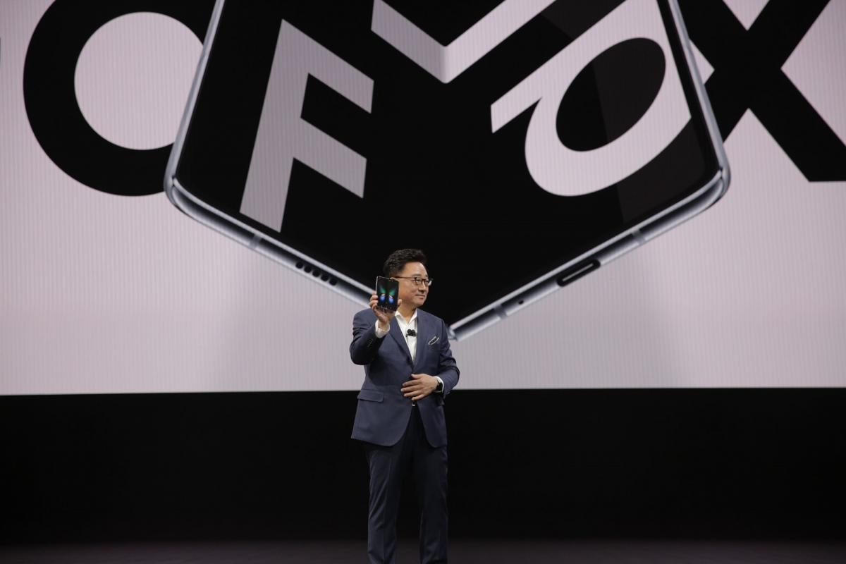 DJ Koh presenta el Galaxy F, el primer celular de pantalla plegable.