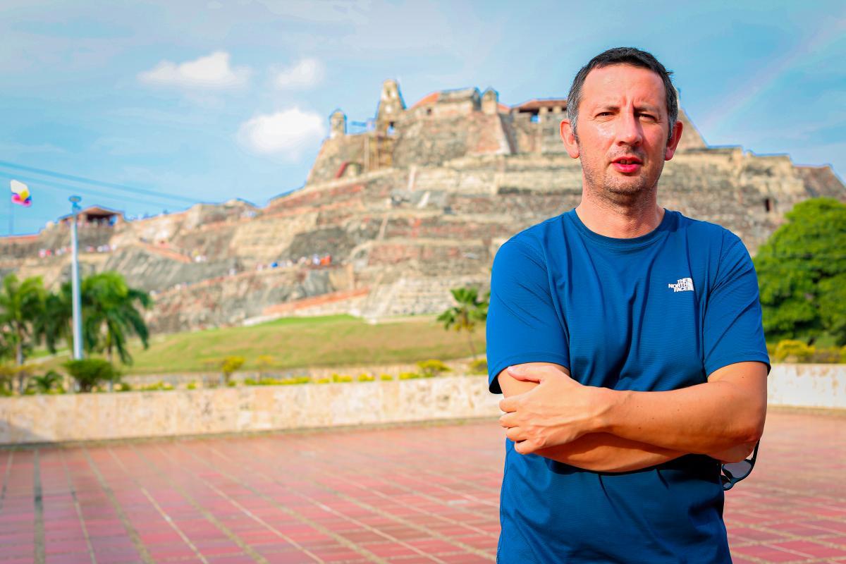 El turista alemán George Papa posa para una fotografía desde la terraza del periódico El Universal, en Cartagena de Indias, Colombia.