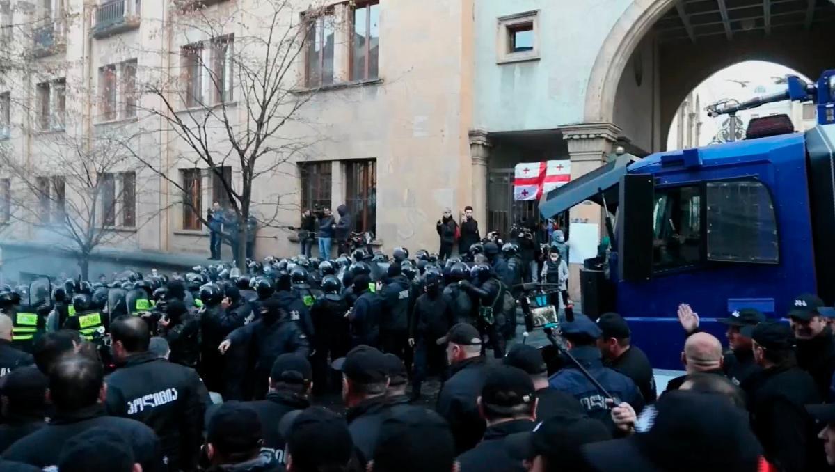 [Video] La Policía georgiana carga contra manifestantes que bloquean el Parlamento