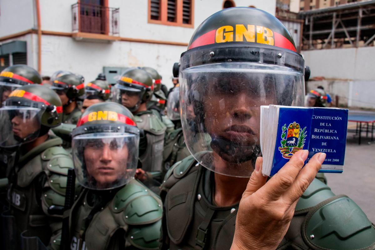 Miembros de la Guardia Nacional Bolivariana durante las protestas. // EFE MIGUEL GUTIERREZ