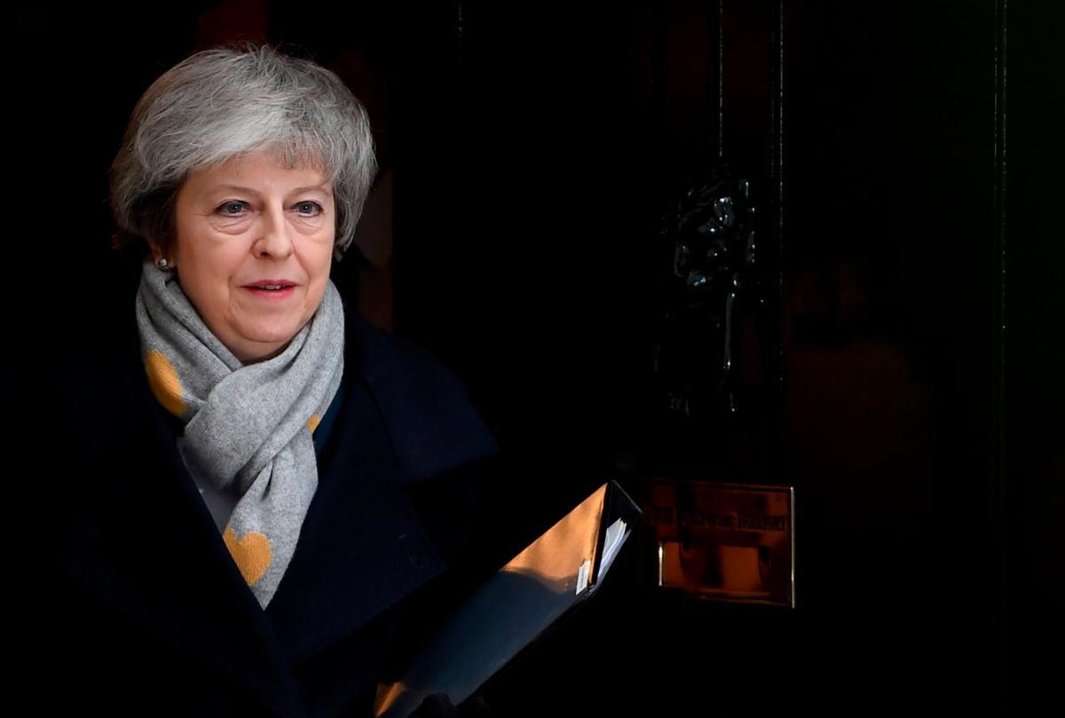 La primera ministra británica, Theresa May, sale de su residencia oficial en Downing Street en Londres hoy, 15 de enero de 2019. EFE/Neil Hall.