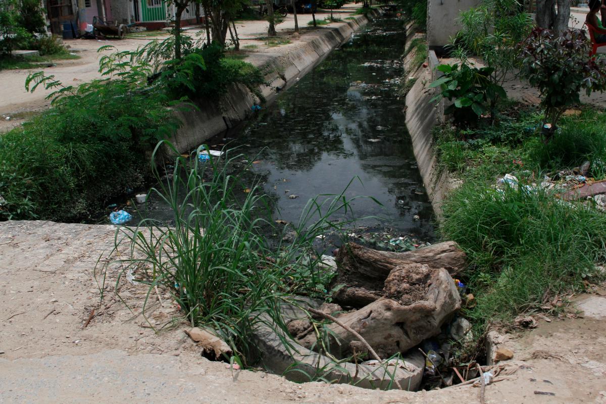 Los canales de agua en el barrio Nuevo Paraíso son foco de contaminación de dengue para sus residentes. // Óscar Díaz.