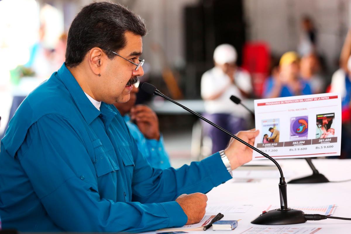 """Fotografía cedida por prensa de Miraflores donde se observa al presidente de Venezuela, Nicolás Maduro, en un acto de Gobierno en Caracas (Venezuela). Maduro dijo que ordenó una """"revisión total, absoluta de las relaciones con el Gobierno de los Estados Unidos"""" y advirtió que en las próximas horas se tomarán decisiones de """"carácter político y diplomático"""". EFE/PRENSA MIRAFLORES/ NO VENTAS/ SOLO USO EDITORIAL"""