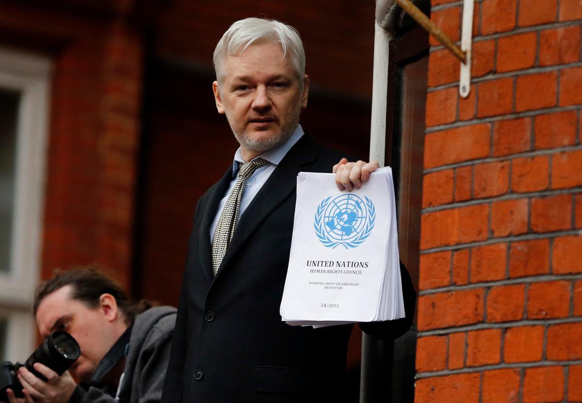 En esta foto de archivo del viernes 5 de febrero de 2016, el fundador de WikiLeaks, Julian Assange, se encuentra en el balcón de la Embajada de Ecuador. Foto AP / Frank Augstein, Archivo