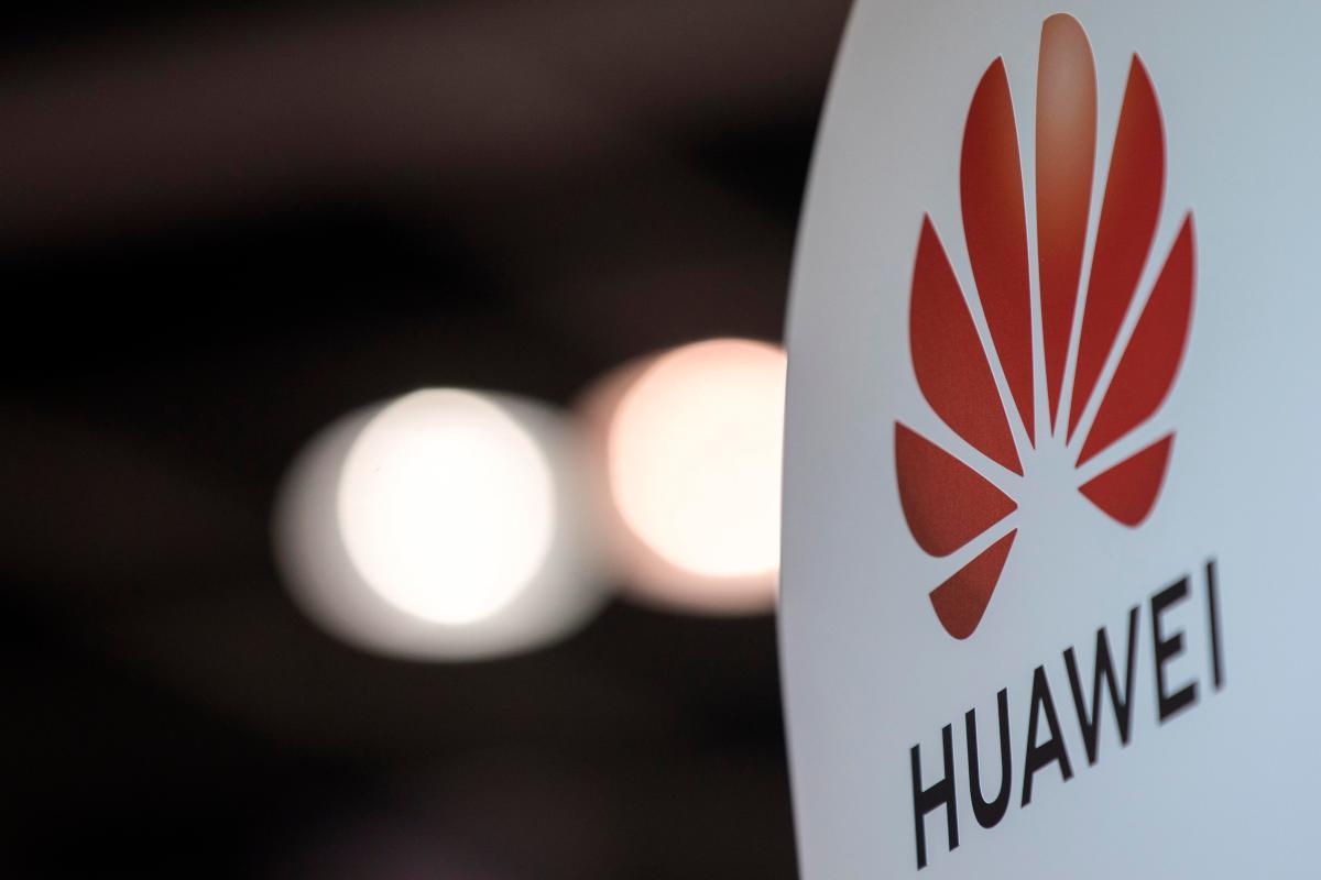 Compañías en Gran Bretaña y Japón suspenden sus planes de vender celulares Huawei.
