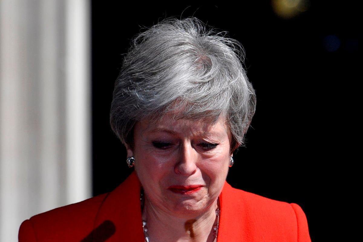 La primera ministra británica, Theresa May, hace una declaración para anunciar que dimitirá el próximo 7 de junio, cuando empezará el proceso para elegir a su sucesor como líder del Partido Conservador y jefe del Gobierno del Reino Unido, este viernes, en Downing Street, Londres (Reino Unido). EFE/ Neil Hall