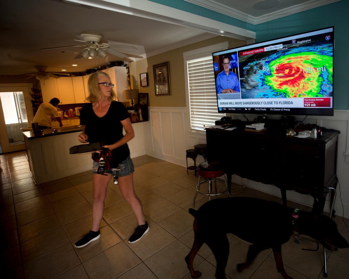 Los residentes de la Florida siguen el recorrido de Dorian, a través de las noticias. AP Stephen B. Morton