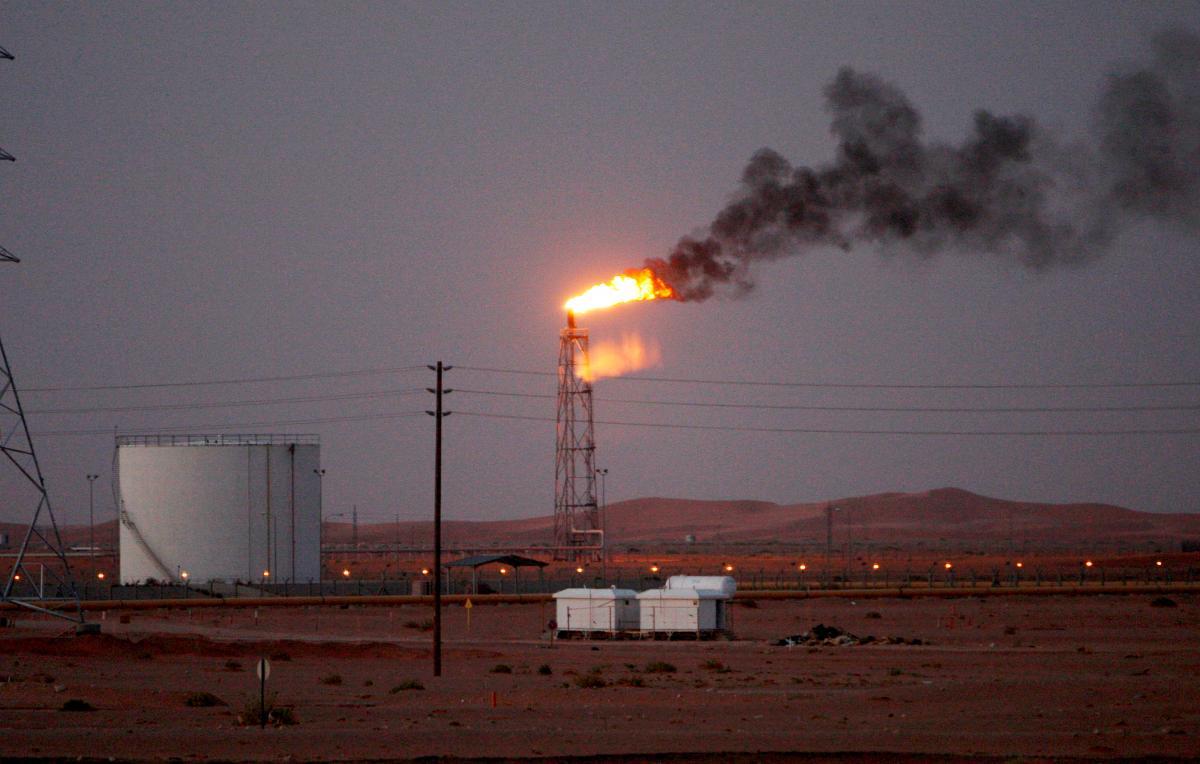 Una llama de gas detrás de las tuberías en el desierto en el campo petrolero de Khurais, a unos 160 km de Riad, Reino de Arabia Saudita. //Archivo- EFE.