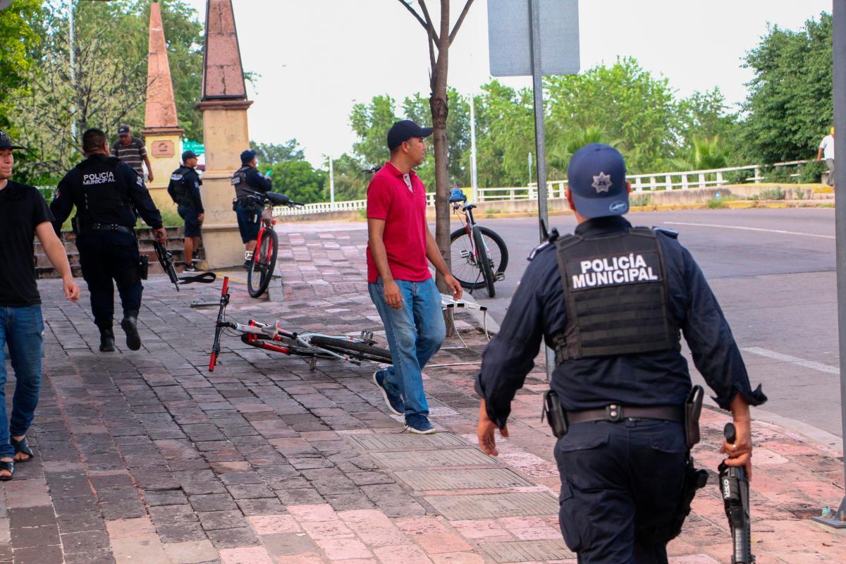 La policía municipal en acción durante enfrentamientos entre grupos armados con las fuerzas federales este jueves, en calles de Culiacán, en el estado de Sinaloa (México). //EFE.
