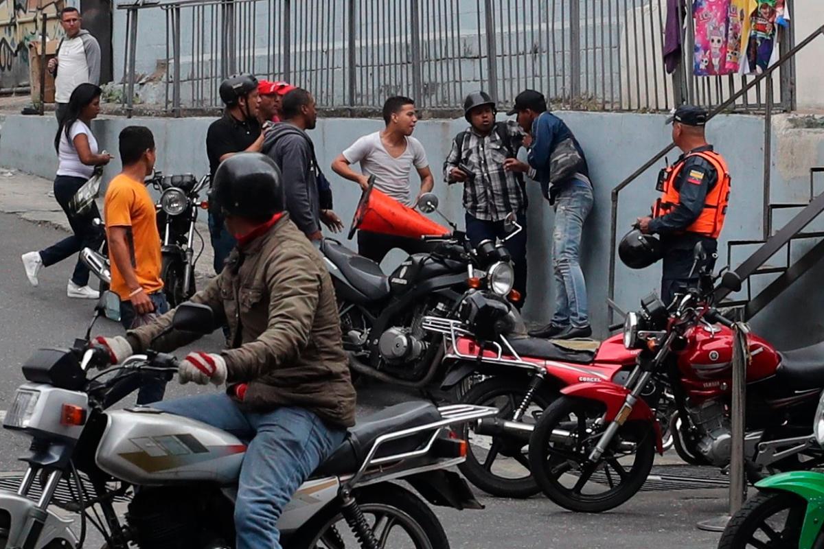Los civiles atacaron con palos y piedras las camionetas en la que se desplazaba una comitiva de legisladores opositores, y el equipo de prensa de Guaidó denunció que incluso dispararon contra la comitiva. EFE Miguel Gutiérrez
