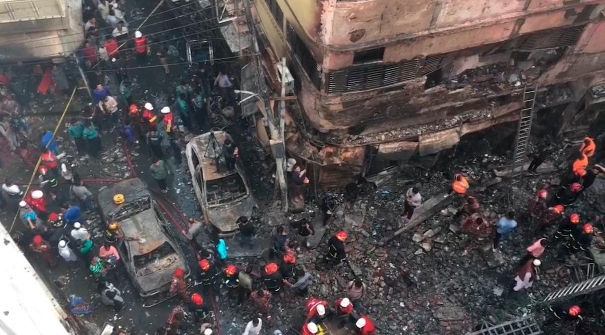 Un masivo incendio en la capital de Bangladesh deja al menos 70 muertos