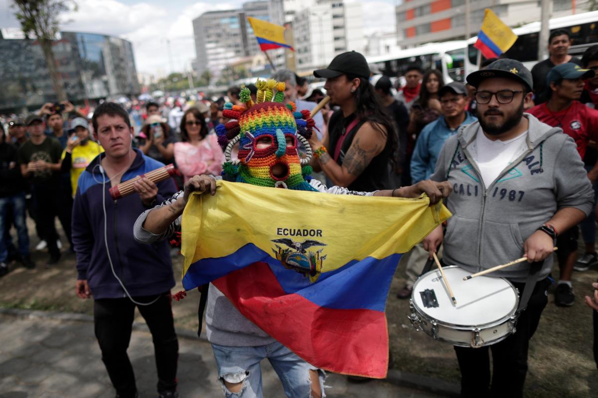 La capital ecuatoriana comienza a recuperar la normalidad, poco a poco, con las labores de desescombro y limpieza tras doce días de protestas callejeras que han dejado la ciudad como un auténtico campo de batalla. EFE/ Bienvenido Velasco.