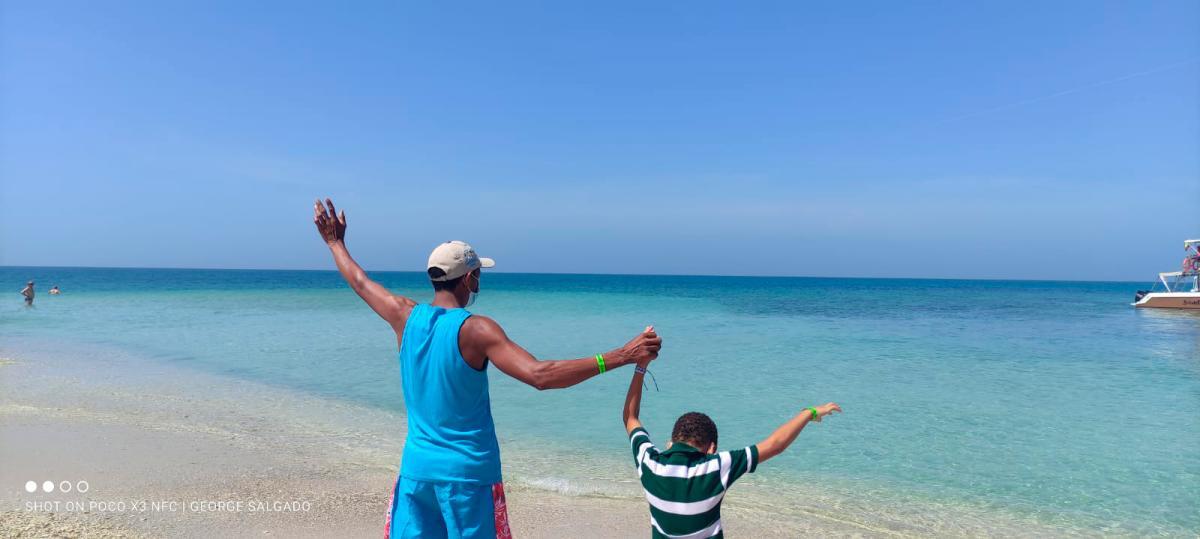 Isidro y Cristian en Bendita Beach. //Foto: Cortesía.