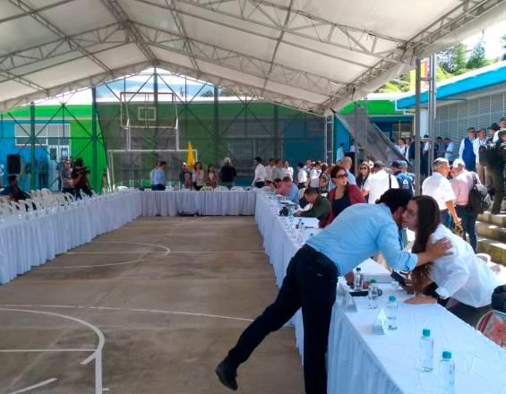La mesa de conversación de la minga indígena e Iván Duque. José L. Guzmán / El País