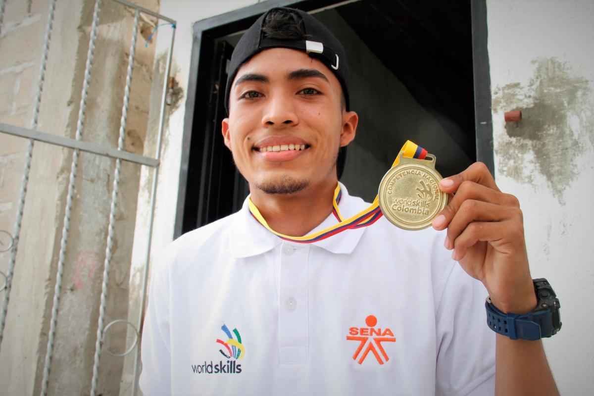 En su casa del municipio de Arjona, Bolívar, Jesús Cano enseña su medalla de oro con la que representará a Colombia en el exterior.