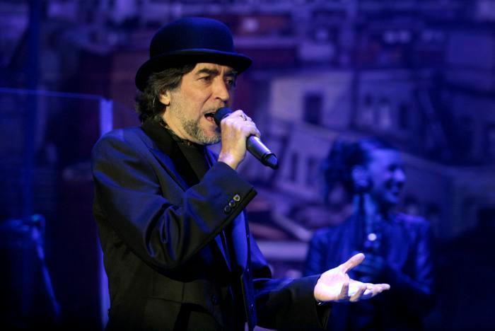 Operan de urgencia a Joaquín Sabina tras caída en concierto
