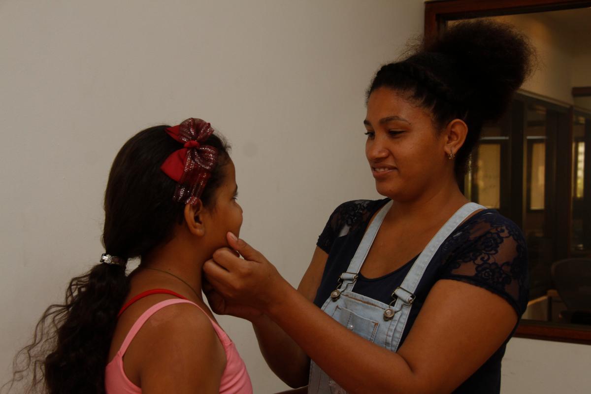 Karen Ferreira junto a su hija Natalia Vergara, mientras visitan las instalaciones del periódico El Universal. //Foto: Luis E. Herrán Álvarez - El Universal.