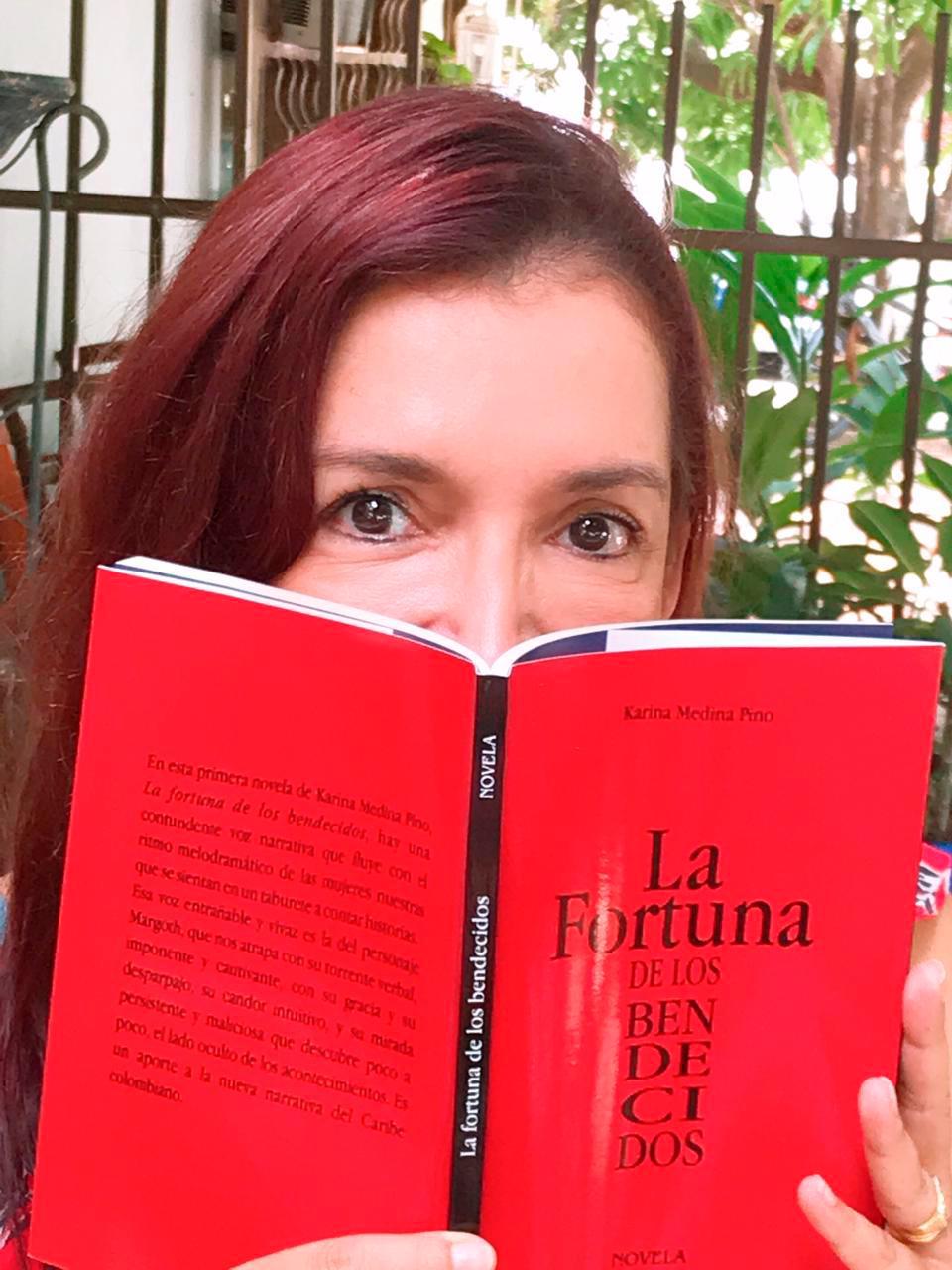 Karina Medina junto a su libro.