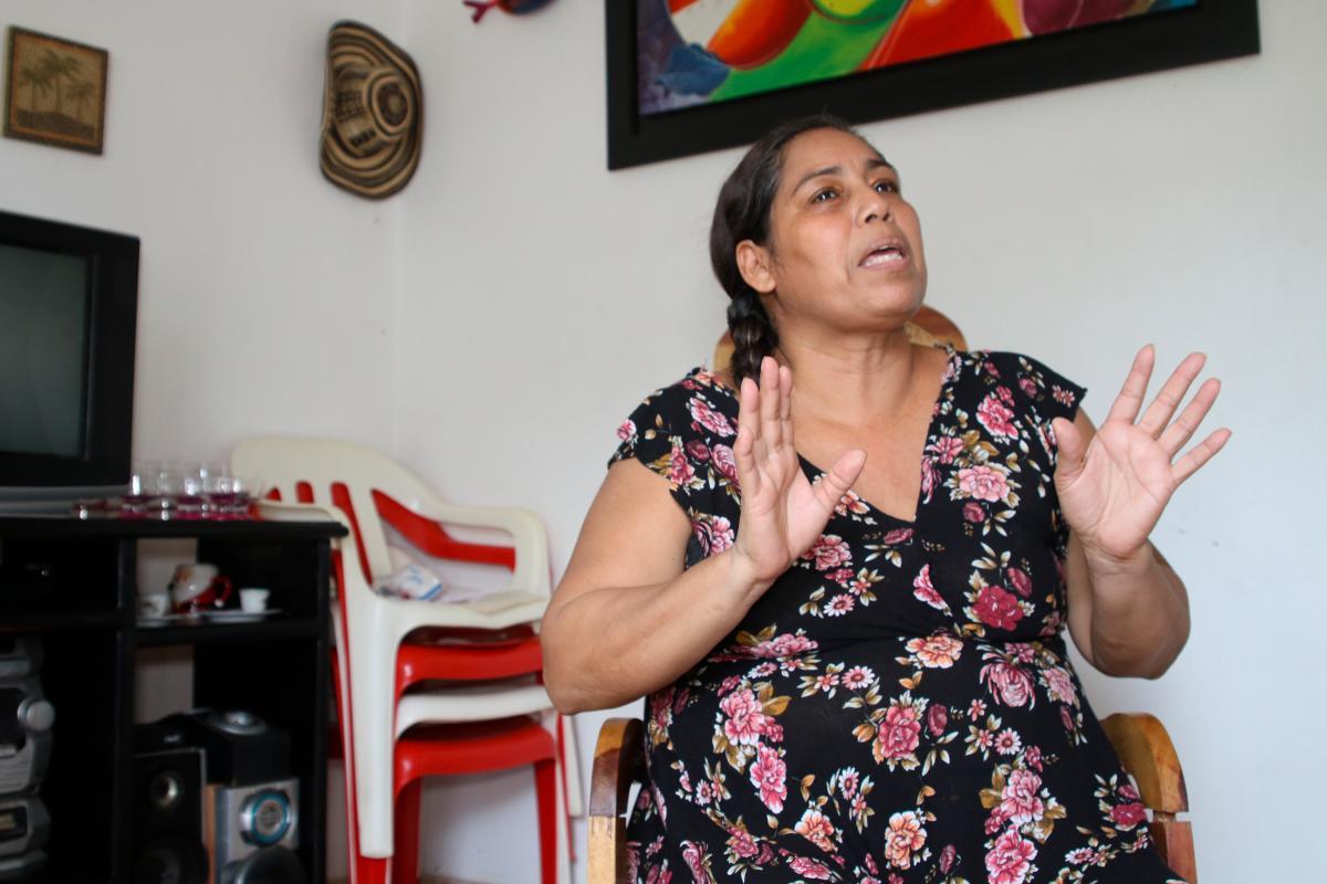 Liliana Ricardo concede una entrevista en la sala de su casa.