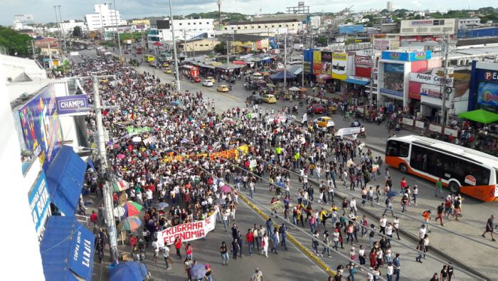 La molestia por el alza en el pasaje de Trancaribe ha provocado que diferentes sectores sociales organicen marcha y plantones en varios puntos de la ciudad.