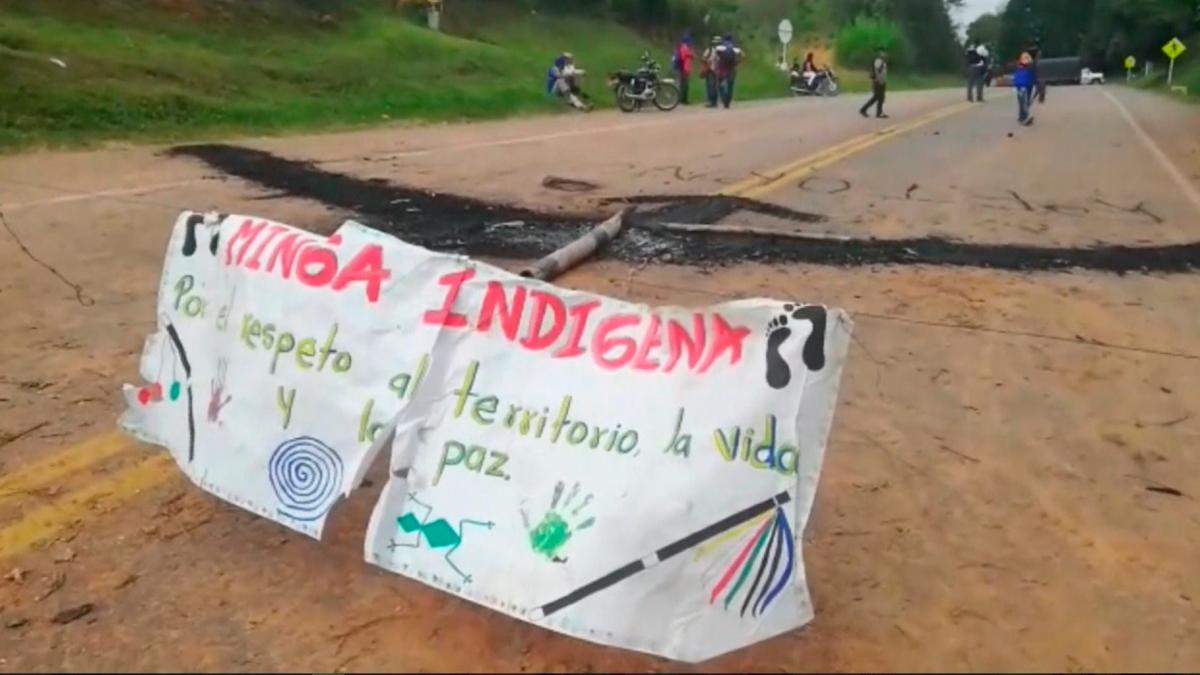 Indígenas mantienen bloqueos en la vía Panamericana a la espera de diálogo