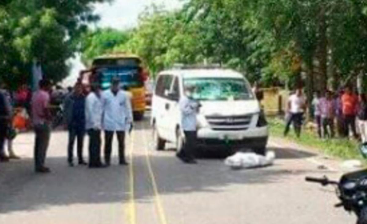 El motociclista falleció instantáneamente al colisionar contra el vehículo de servicio público. // Cortesía