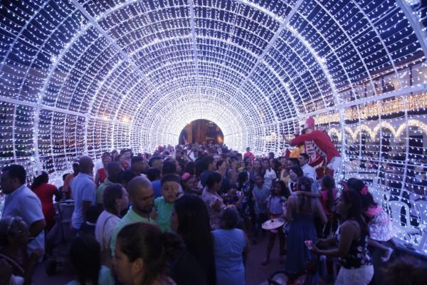 Uno de los puntos de iluminación más llamativos este año es el túnel luminoso y musical que está ubicado en la Plaza de la Aduana. // Aroldo Mestre