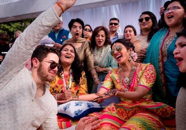 Chopra, de 36 años, y Jonas, de 26, realizaron un pomposo espectáculo de música y danza india mientras sus amigos y familiares los aplaudían en el palacio de Umaid Bhawan en la ciudad de Jodhpur. AP