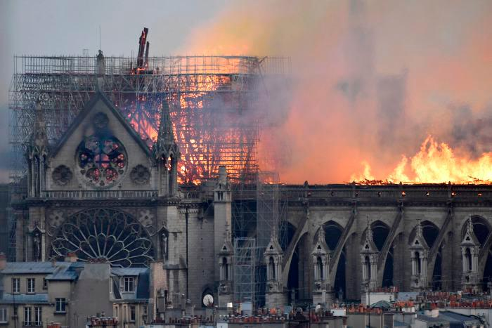 """""""Todo está quemado"""", afirmó Finot. Los bomberos dijeron que es posible que el incendio se debió a un proyecto de renovación en la aguja de la iglesia y sus 250 toneladas de plomo.EFE JULIEN DE ROSA"""