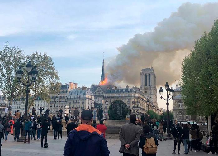 La catedral de Notre Dame de París, uno de los monumentos más emblemáticos de la capital francesa, está sufriendo un incendio, según pudo constatar una periodista de Efe en el lugar.