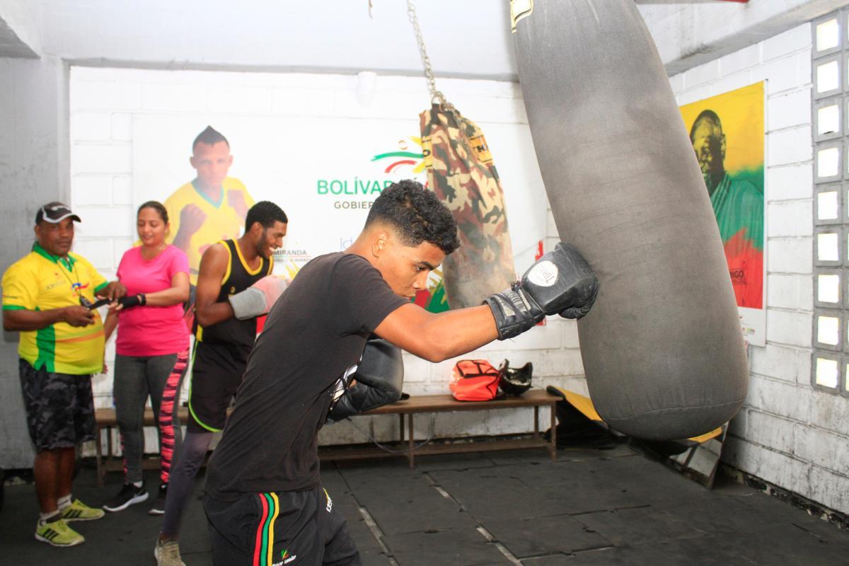 Jóvenes entrenan boxeo en Cartagena.