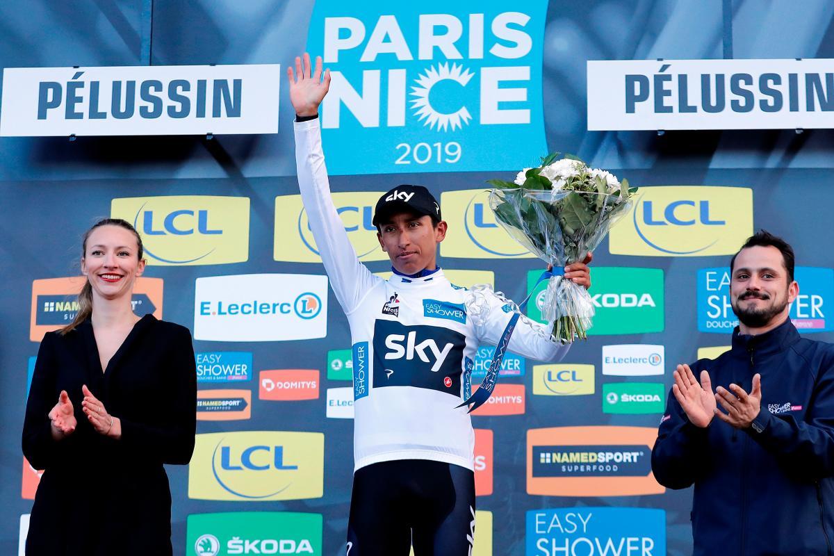 El ciclista colombiano del equipo Sky, Egan Bernal Gómez, celebra en el podio el liderato provisional de la clasificación general de jóvenes tras la cuarta etapa de la París Niza. EFE/Sebastien Nogier.