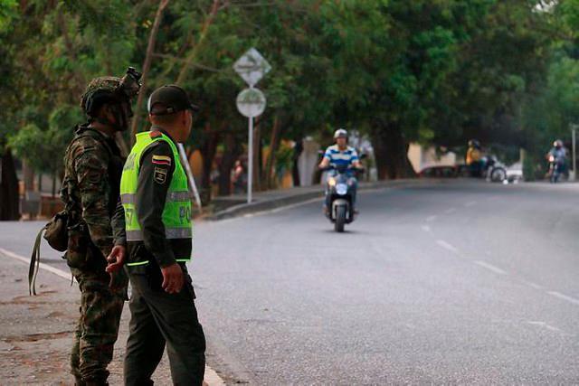 Las Fuerzas Militares permanecen en máxima alerta en todo el país, pero en regiones como Catatumbo (Norte de Santander) y Arauca, asentamientos históricos de esa guerrilla, la precaución es mayor.