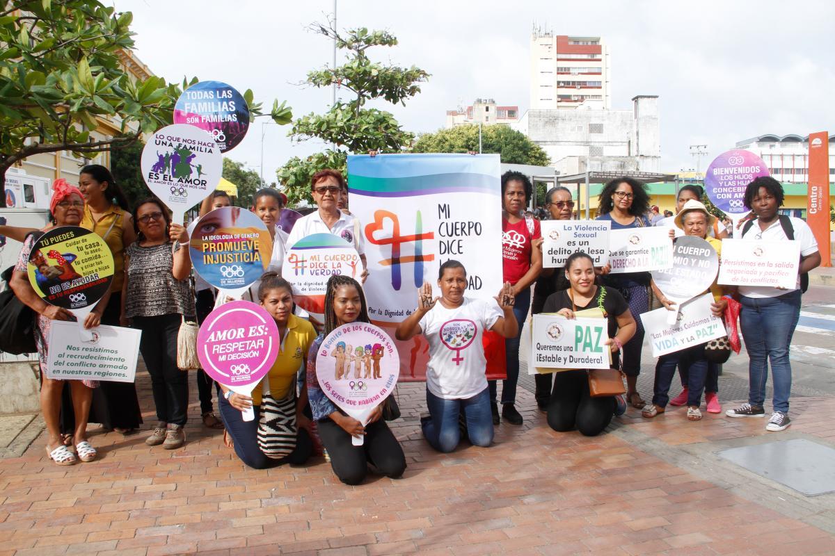 El plantón de ayer, en el que participaron unas 15 mujeres, se hizo Centro. Se entregaron mentas con mensajes de rechazo a la violencia sexual.// Zenia Valdelamar- El universal