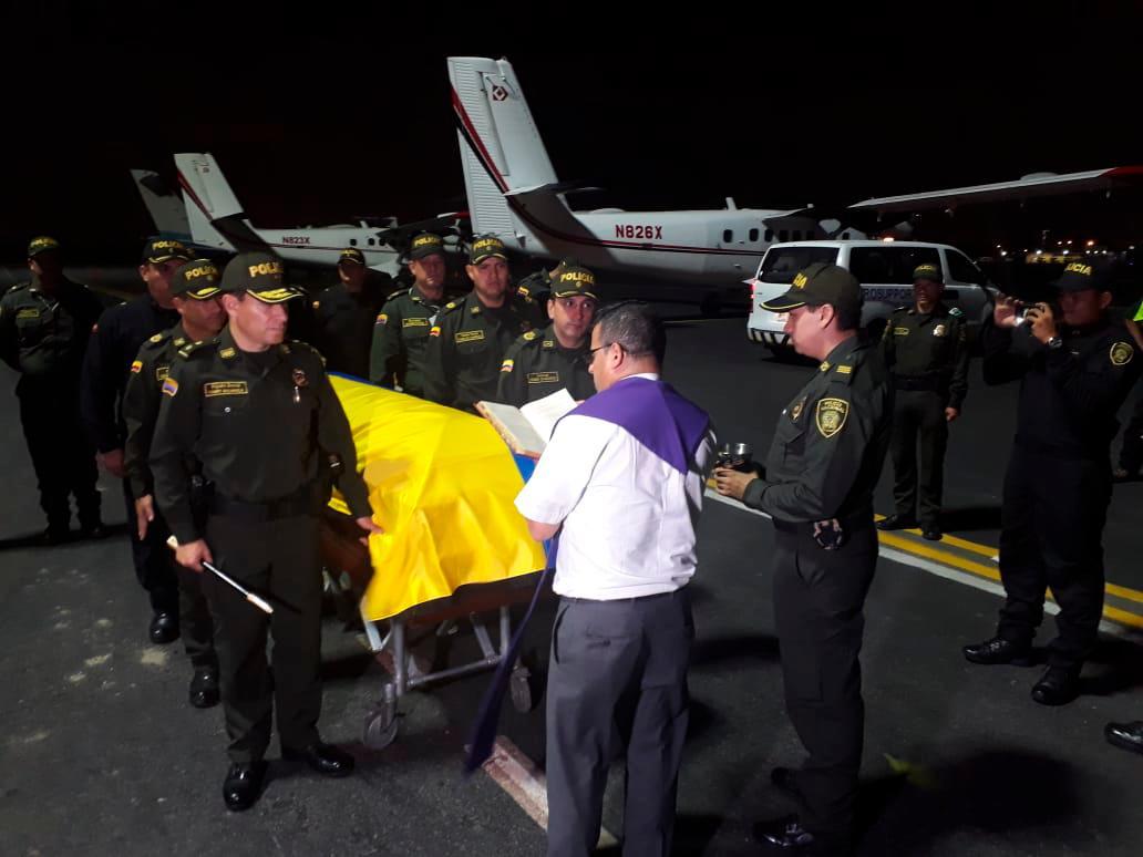 Momento en el que el cuerpo del patrullero Boris Alexander Benítez llega a Cartagena. // Julio Castaño