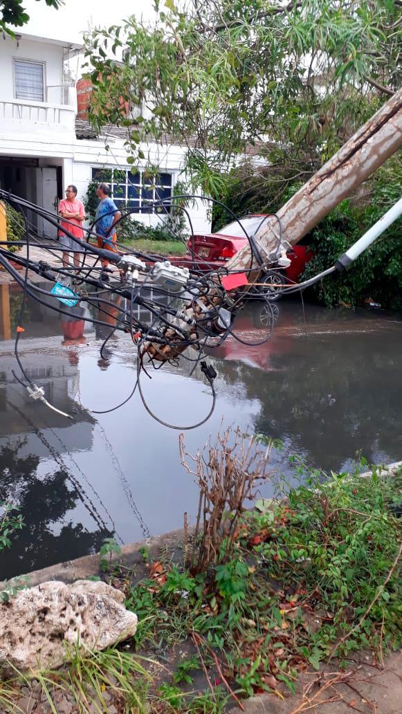 Uno de los postes afectados por la lluvia y brisa. // Cortesía