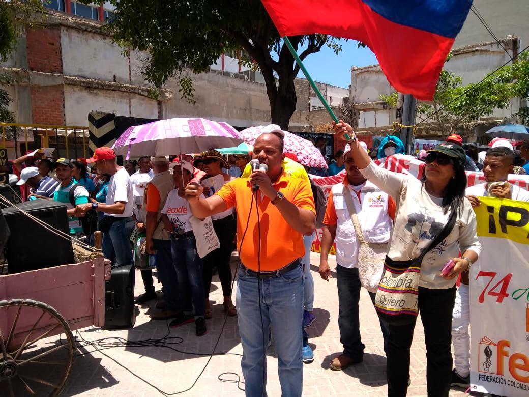 Los profesores se encuentran frente a la Secretaria de Educación. //Foto: Zenia Valdelamar