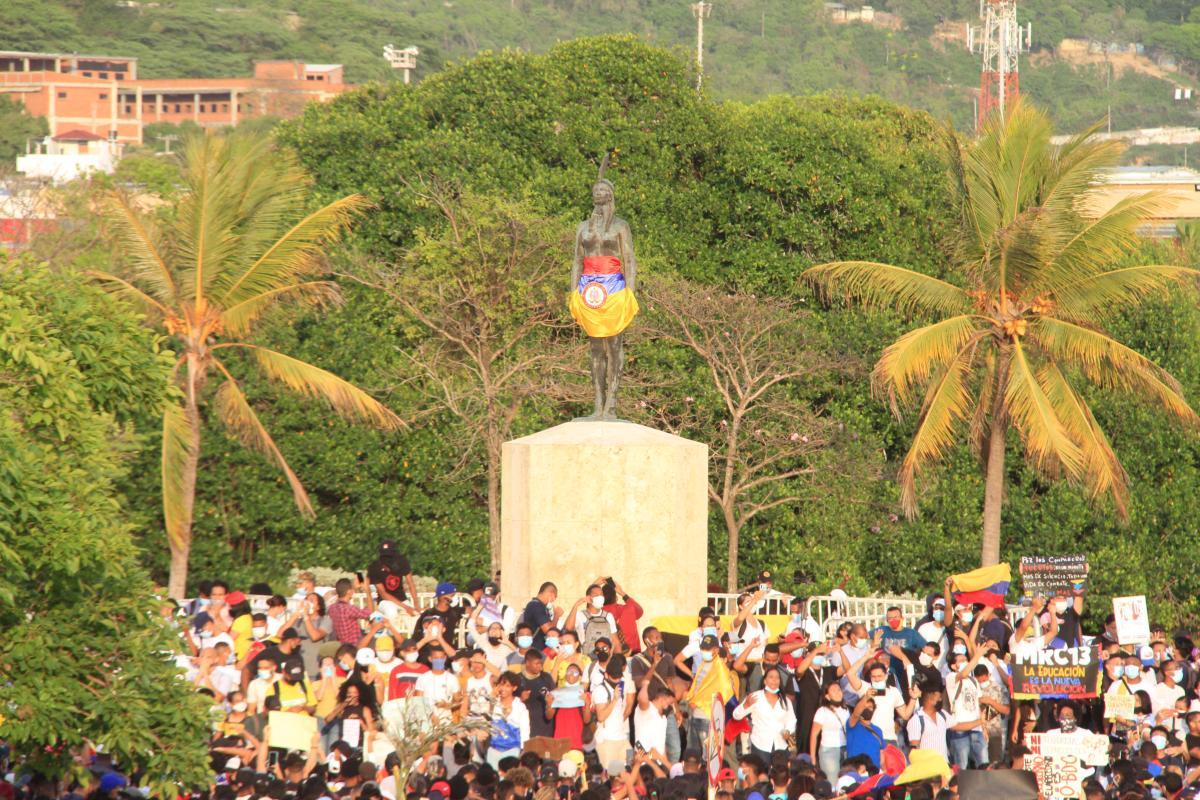 Una multitud de jóvenes rodea el monumento a la India Catalina, en el Centro Histórico de Cartagena de Indias, Colombia, para manifestarse en medio de las protestas por la ya retiraa reforma tributaria del gobierno de Iván Duque.