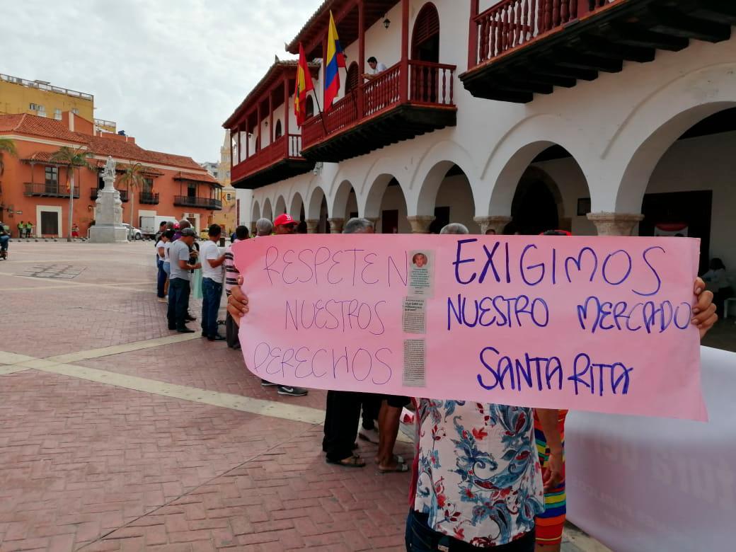 Comerciantes del mercado de Santa Rita protestan en los bajos de la Alcaldía. Foto: Óscar Díaz/El Universal.