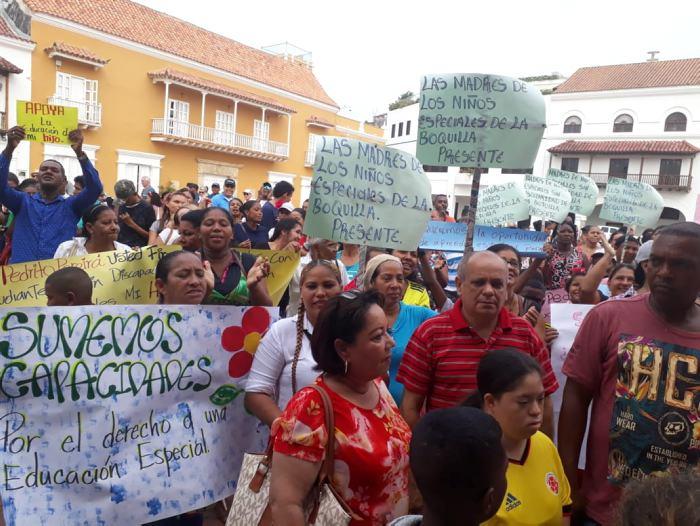 Los manifestantes llegaron a los bajos de la Alcaldía para exigir respuestas. / Foto: Julio Castaño Beltrán - El Universal.