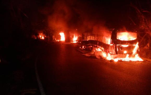 Vehículos quemados por el Eln en la vía que comunica a Medellín con la Costa. Foto: Guardianes Antioquia.