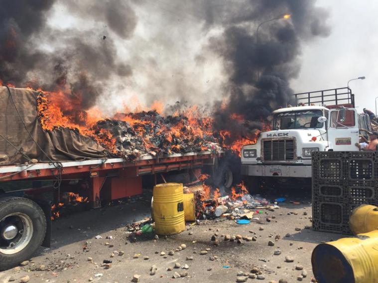 Video: camión con ayuda humanitaria se incendia en frontera colombo-venezolana