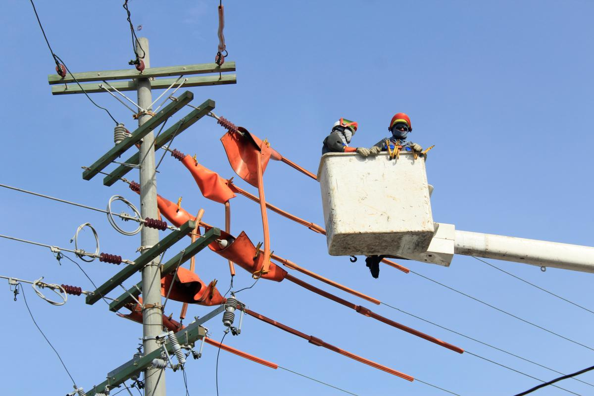 Mantenimiento a redes eléctricas. // Foto: Julio Castaño Beltrán.