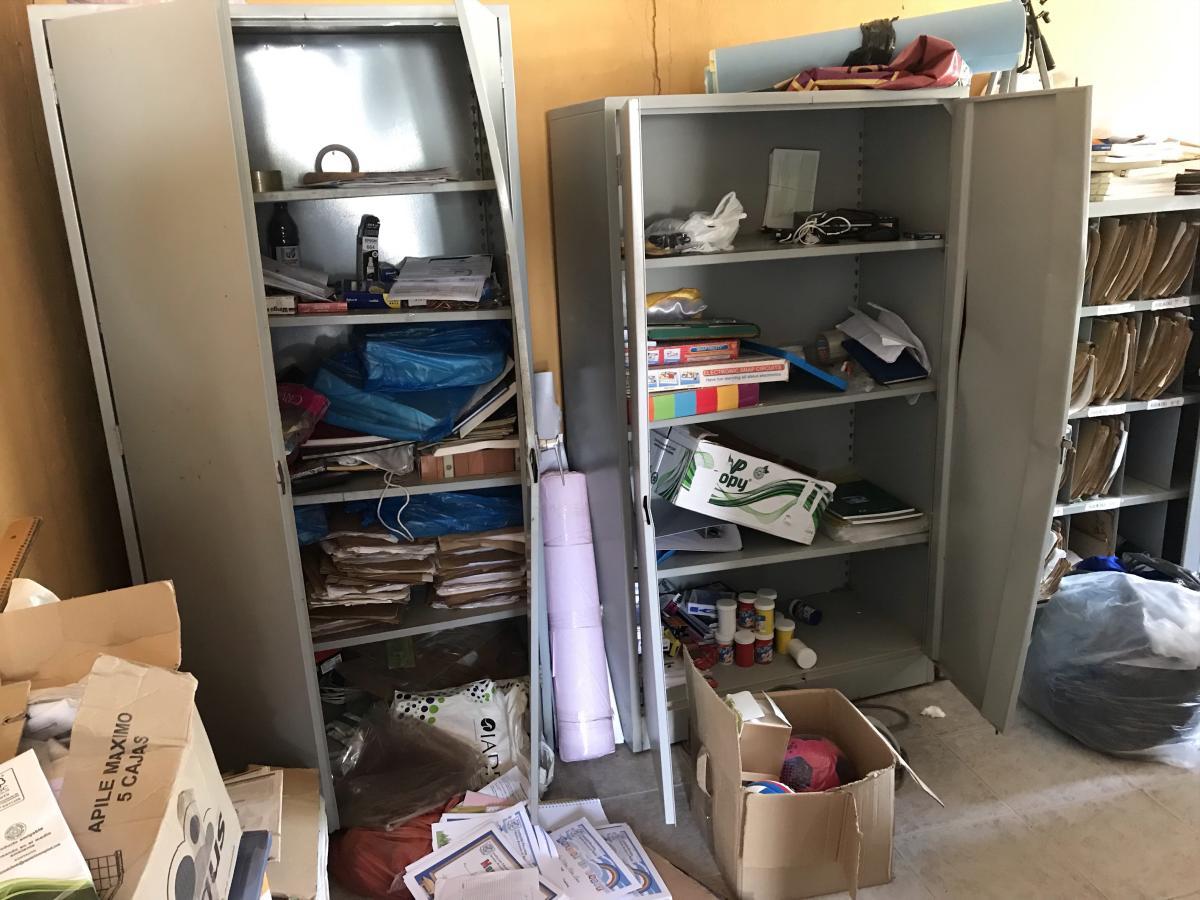 En estos estantes guardaban los computadores que fueron robados. // Nayib Gaviria - El Universal