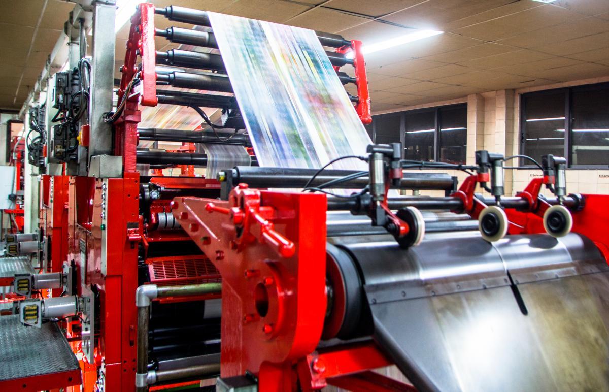 Rotativa de El Universal en pleno proceso de impresión.