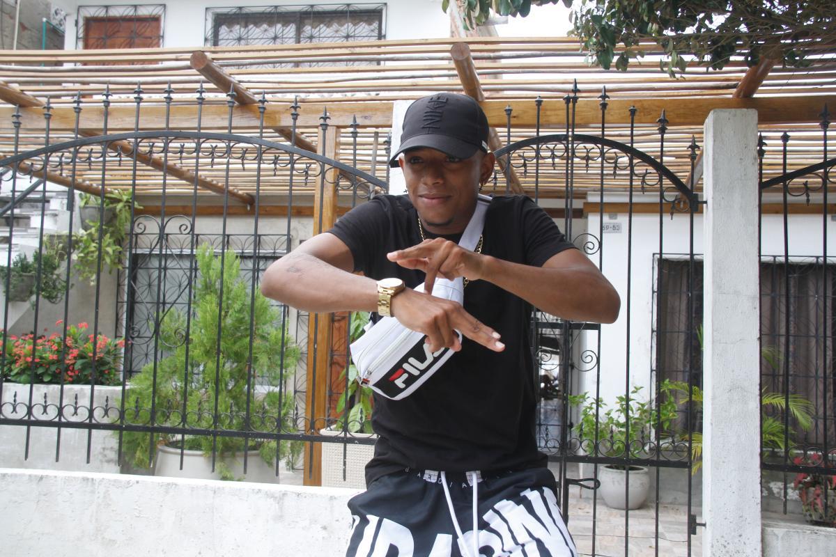 El mototaxista y bailarín cartagenero Sebastián Moreno Quiñones baila frente a su casa en el barrio Daniel Lemaitre de Cartagena de Indias, Colombia.