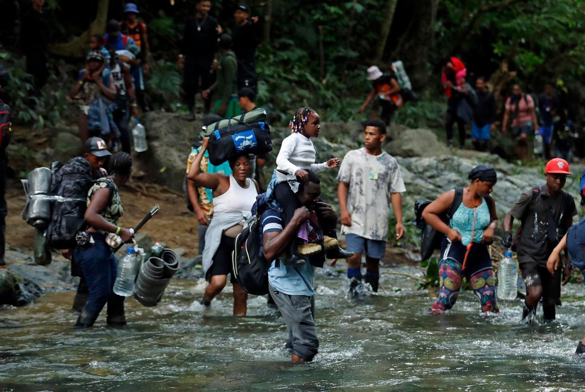 Migrantes haitianos en su camino hacia Panamá por el Tapón del Darién en Acandi (Colombia).//Fotos: Mauricio Dueñas Castañeda - Efe.