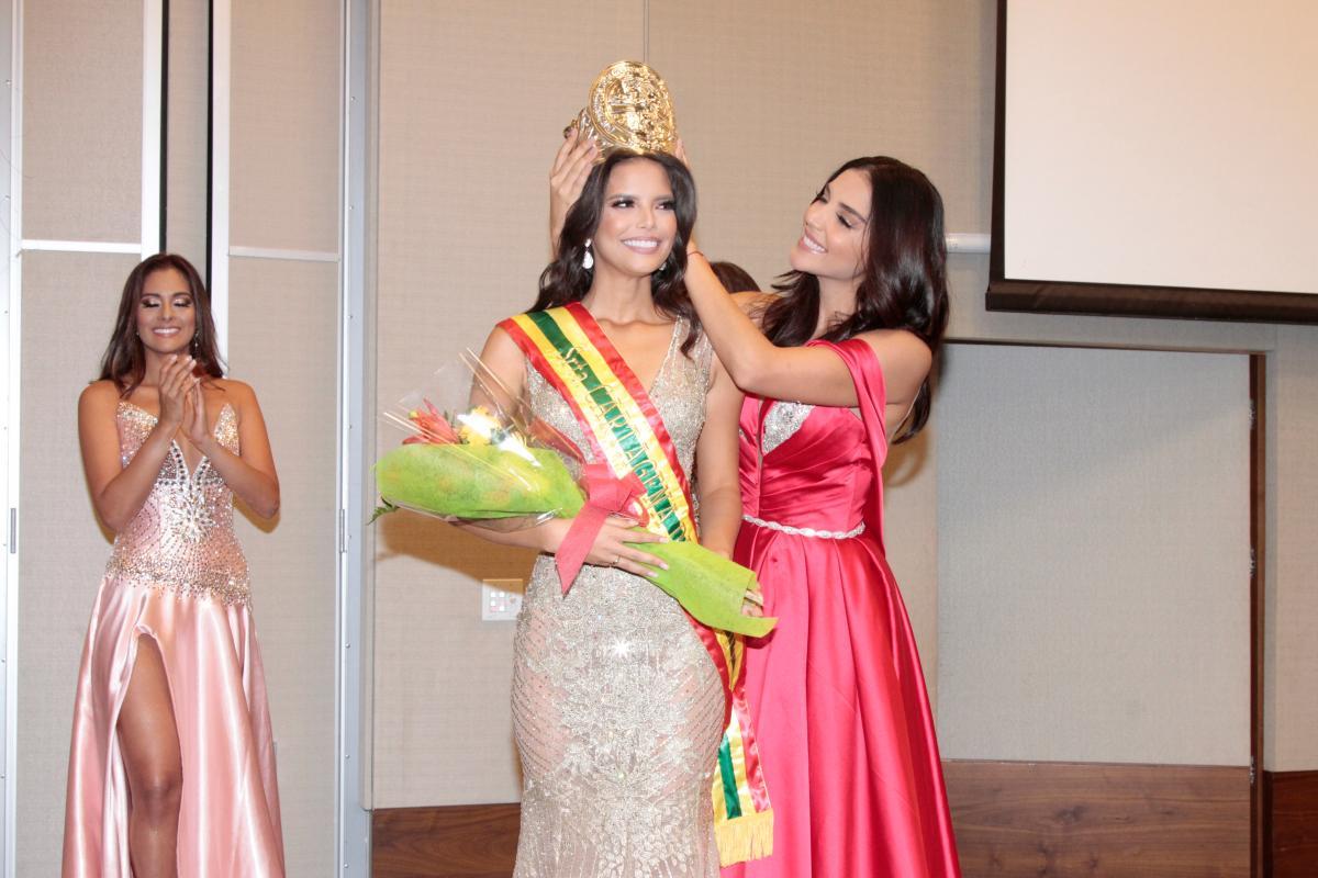 Yaiselle Tous recibió la corona de Señorita Cartagena de manos de Laura González.//Foto: Kailline Giraldo - El Universal.