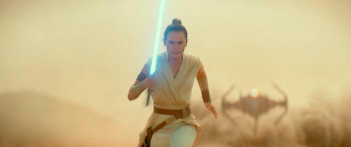 En las imágenes aparece Rey blandiendo su espada láser antes de estar acompañada por el resto de protagonistas, junto a impactantes escenas de luchas y persecuciones espaciales.//AP
